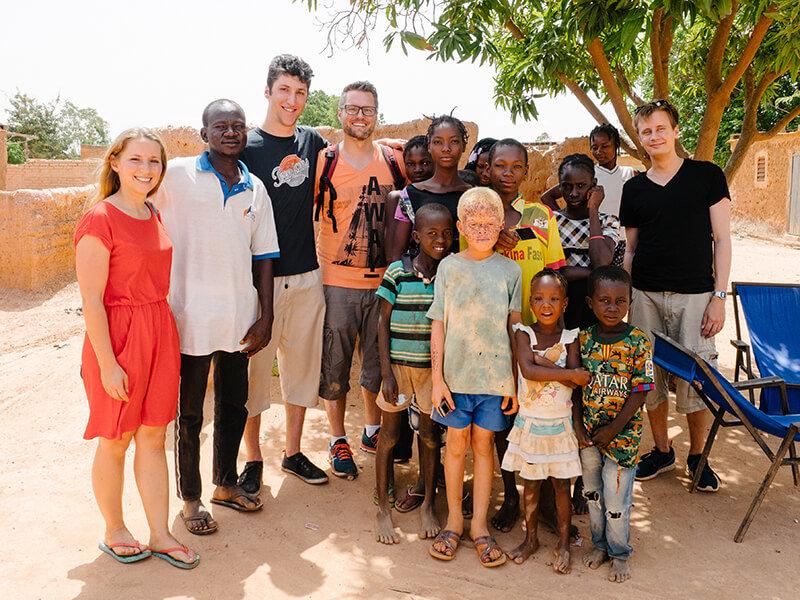 Das Team Von DEVELOPmed.aid Finanziert In Burkina Faso Die Medizinische Versorgung Kranker Kinder