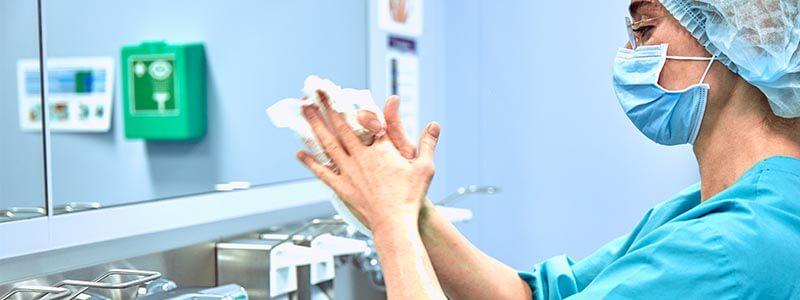 Chirurgisches Händewaschen - Hände trocknen