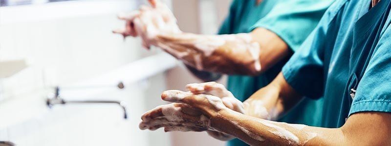 Chirurgisches Händewaschen - Mit Seife einreiben