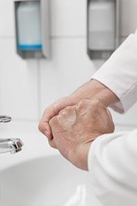 Chirurgische Desinfektion: Mit Desinfektionsmittel einreiben