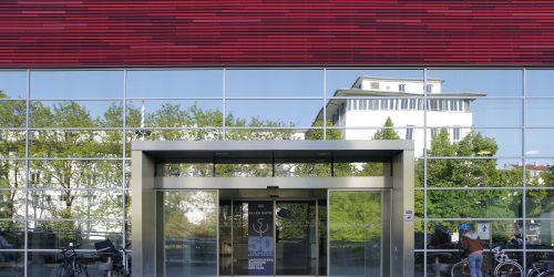 Hörsaal Eingang Mit Spiegelung In Den Fenstern Und 50 Jahrfeierschild Auf Automatischer Tür