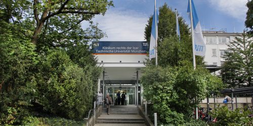 Haupteingang Ismaninger Str Mit Fahnen 25 08 2014 010
