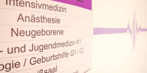 PA Klinik Nauen Schild Stationen 1. OG